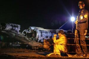 29日、フィリピンのマニラ国際空港の滑走路で炎上した小型機(ゲッティ=共同)