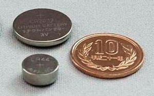 子どもの誤飲事故が相次ぐボタン電池。上が「コイン形」、下が「ボタン形」(消費者庁提供)