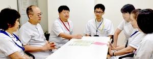 チーム医療に取り組む「がん医療センター」の医師や看護師、薬剤師、がん相談員ら=福井市の福井県立病院