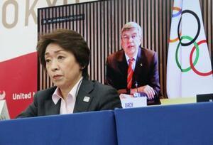 東京五輪・パラリンピックの開催に向けた5者協議で、IOCのバッハ会長(奥)のあいさつを聞く大会組織委員会の橋本会長=3日午後、東京都中央区(代表撮影)