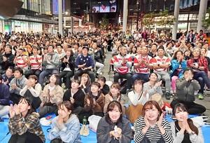 試合終了後、日本代表の健闘に拍手を送るパブリックビューイングの観客=10月20日夜、福井県福井市のハピテラス