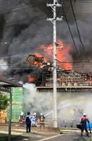 炎と黒煙が上がる繊維加工会社「オザワ繊工」の工場=5日午後3時30分ごろ、愛知県一宮市(近隣住民提供)