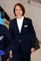 フランスから帰国した「なでしこジャパン」の高倉監督=27日午前、成田空港