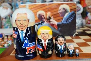 モスクワの土産物市場に並ぶ(左から)バイデン、トランプ、オバマ、ブッシュ、ビル・クリントンの各氏を描いたマトリョーシカ=11月29日(共同)