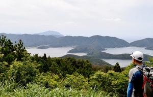 三方湖や菅湖、水月湖が一望できる展望所=福井県若狭町の雲谷山