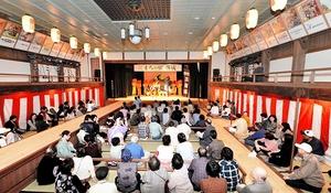 オープンした「まちの駅」の旭座で放生祭の舞台を楽しむ市民ら=福井県小浜市