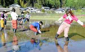 酒米の田植えをする仮面女子のメンバーら=5月4日、福井県鯖江市沢町