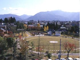 芝生広場や屋外ステージが整備された憩いの場
