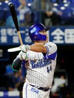 1回DeNA1死一、二塁、佐野が右中間に逆転3ランを放つ=横浜