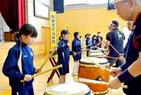 和太鼓心に響いたよ 坂井・兵庫小 児童が演奏体験 みんなで読もう