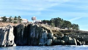 年間130万人以上の観光客が訪れる東尋坊=福井県坂井市三国町安島