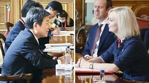 ロンドンで会談する茂木外相(左)とトラス英国際貿易相=6日(外務省提供)