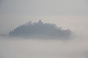 雲海に浮かぶ「天空の城」越前大野城=3月20日午前7時40分ごろ、福井県大野市犬山から撮影