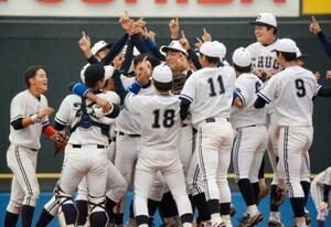 東都大学野球リーグで30季ぶりの優勝を決めて喜ぶ中大ナイン=神宮