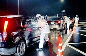 飲酒運転取り締まりを主な目的に行われた国道8号での大規模検問=11月20日夜、福井県越前市白崎町