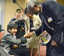 坂本さん、国連高官と誓い合う