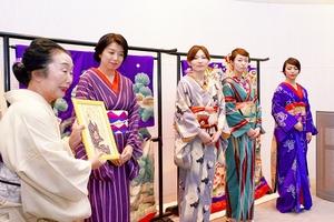 中村さん(左)が大正時代の着物や浴衣の特徴を語った講座=23日、福井市美術館