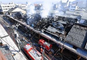 全焼5棟を含む計10棟を焼いた火災現場=28日午前9時55分ごろ、福井県越前市京町1丁目から撮影