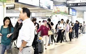 列車の運転見合わせを受け、払い戻しの列を作る人たち=7月5日午前9時50分ごろ、JR福井駅