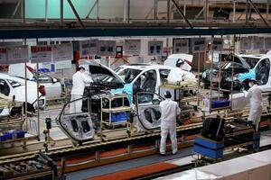 中国の湖北省武漢市にあるホンダの自動車工場で働く従業員ら=8日(ロイター=共同)