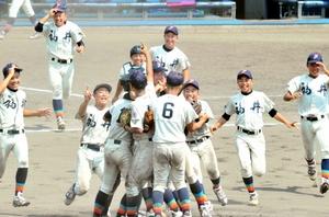 優勝を果たし、マウンドに集まって喜ぶ福井中学の選手たち=8月6日、大阪市の大阪シティ信用金庫スタジアム