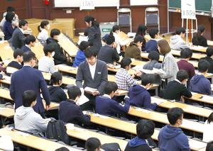 大学入試センター試験に臨む受験生=2019年1月、東京大学