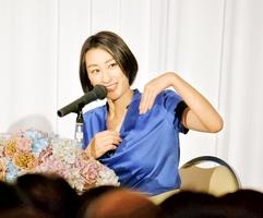 「自分らしく生きる」をテーマにトークする浅田舞さん=11日、福井市のザ・グランユアーズフクイ
