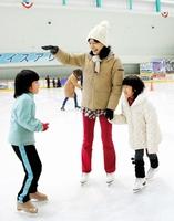 「ここまでジャンプできるかな?」。氷上で遊ぶ親子=15日、福井県敦賀市のアイスアリーナ