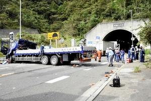 大型トラックと大型トレーラー計3台が絡む衝突事故の現場=10月18日午後1時5分ごろ、福井県敦賀市樫曲