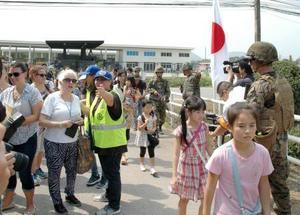 タイでの多国間共同訓練で行われた外国にいる邦人の保護訓練で避難する人たち=17日、タイ軍のウタパオ海軍航空基地(共同)