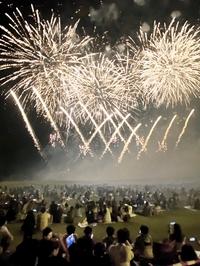 コロナ禍の児童へ「夏の思い出」1500発の打ち上げ花火 福井県の芝政ワールドで光のショー