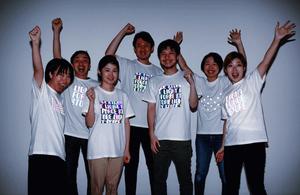 「LIGHT FORCE STORE」のTシャツを着た人たち(レディーフォー提供)