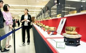 消費増税を控え、金の仏具など高額品も売れている=9月28日、福井県福井市の西武福井店