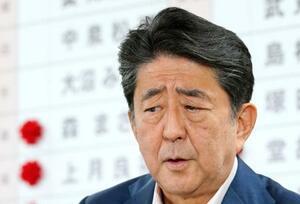 自民党本部の開票センターで、渋い表情を浮かべる安倍首相=21日午後10時57分、東京・永田町