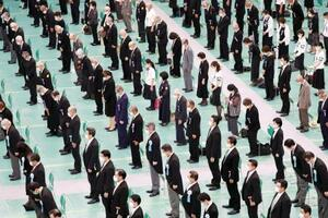 全国戦没者追悼式で黙とうする参列者=15日正午、東京・日本武道館