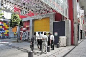 広場「ガレリアポケット」(手前左)と「これからビル」(奥)。間の壁がなくなれば一体的に使えるが…=5月13日、福井市中央1丁目