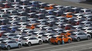 港で輸出を待つ自動車=川崎市
