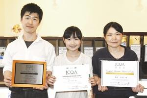 2級を取得した新田衣祥さん(中)と、父和雄さん(左)、母千香子さん(右)=10日、福井県敦賀市本町1丁目のチモトコーヒー