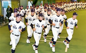 センバツに向け、ランニングで汗を流す選手たち=福井市角折町の金井学園室内練習場