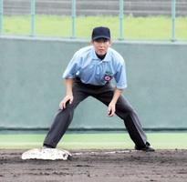 全国高校野球選手権福井大会で初めてジャッジを振るった道場康智さん=17日、福井県の敦賀市総合運動公園野球場