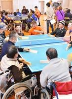 障害者と健常者が楽しんだ卓球バレーの大会=13日、福井市の県社会福祉センター体育館
