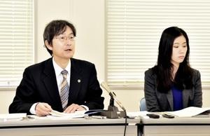 記者会見する海道宏実弁護士(左)=9日、福井市の福井弁護士会