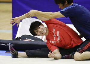 練習中にストレッチする内村航平=福井県営体育館
