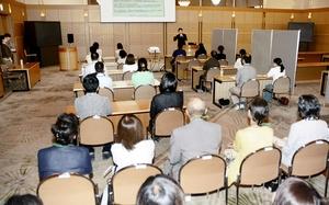 本人と親が一緒に参加した婚活イベント=8月18日、福井県福井市の福井県国際交流会館
