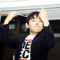 チャリティーコンサートの練習で指揮棒を振る鵜沼さん=福井県鯖江市文化センター