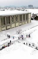 一斉除雪に取り組む福井県民=10日、福井市(日本空撮・小型無人機ドローンで撮影)