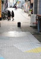 広場「ガレリアポケット」(手前)から見た西武福井店に続く通り。広場と再開発ビルを結ぶ通路ができれば、新たな歩行者動線になる=福井市中央1丁目