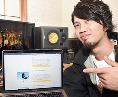 福井ゆかりのアーティストの楽曲を販売して、ライブハウスへの支援金を集める水島和也さん=5月26日夜、福井県福井市