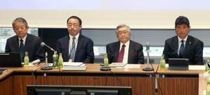 プロ野球12球団の臨時代表者会議に参加した(左から)パ・リーグの横田理事長、NPBの井原事務局長、斉藤コミッショナー、セ・リーグの三原理事長=26日午後、東京都内