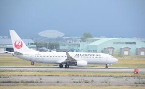 離陸する日本航空の羽田便=石川県小松市の小松空港